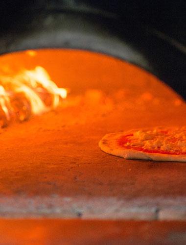 La cottura della pizza della Pizzeria Gigino&Figli