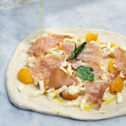 Preparazione della pizza al pomodorino giallo