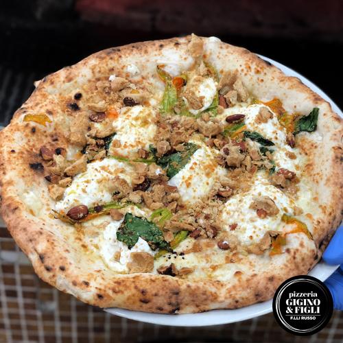Pizza Fior di Tarallo, la pizza con tarallo sbriciolato della pizzeria Gigino e Figli di Napoli