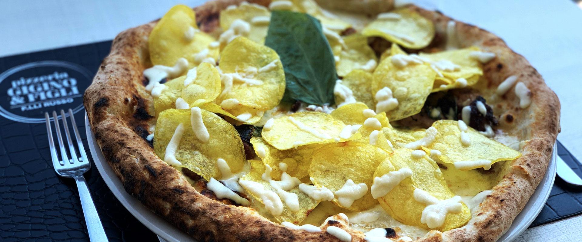 Favolosa pizza con chips di patate della pizzeria Gigino&Figli