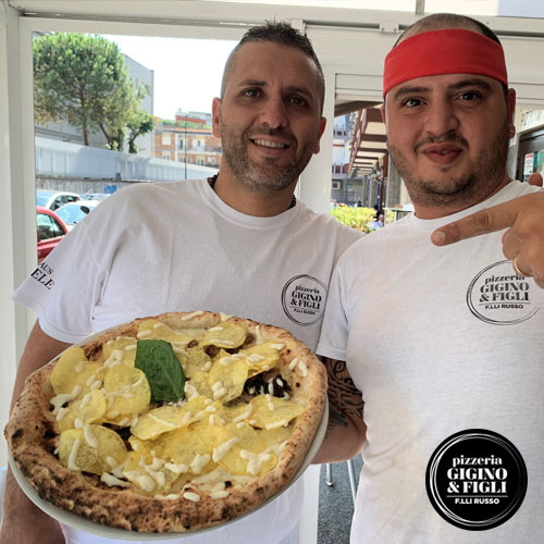 Il pizzaiolo napoletano Nicola russo con la nuova pizza Favolosa