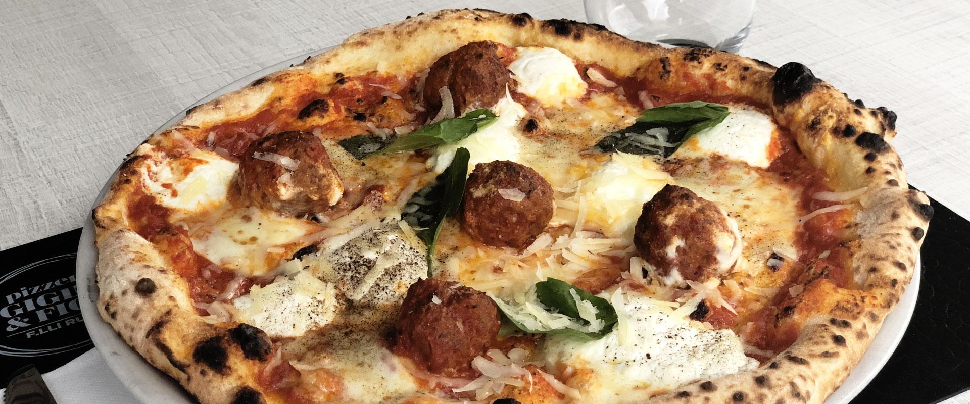 Golosa, pizza con ragù e polpettine del mese di Ottobre