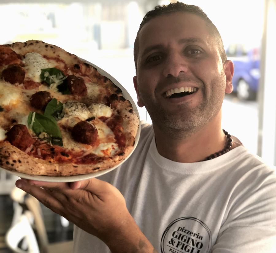 Nicola Russo, pizzaiolo della pizzeria Gigino&Figli con la pizza del mese Golosa